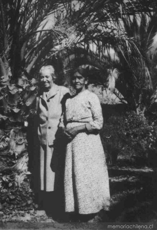 Gabriela Mistral, 1954. Junto a una compañera de escuela